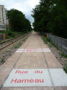 Signalétique au sol, rue du Hameau, la Petite Ceinture du 15e, Paris 15ème (75)