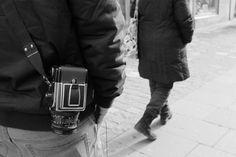 Es ist keine 10 Jahre her, dass diese Kamera der Traum jedes Hobbyfotografen blieb. Die Hasselblad verströmte eine Aura von Professionalität und Erfolg. Nur machte man damit keine besseren Bilder. Genauso wenig, wie man heute mit besseren Sensoren keine besseren Bilder macht. Doch halt – heutzutage kann man mit der alten 6×6 Analog-Kamera tatsächlich bessere Bilder machen, zumindest solche die auffallen – weil man sich in Zeiten der Handy-Bilder kaum mehr digital abheben kann. Lift Off, 10 Years, Cool Pictures