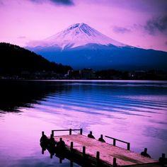 Icône du Japon, le mont Fuji est sacré depuis le VIIe siècle. Situé sur la côte sud de l'île de Honshu, ce stratovolcan est la plus haute montagne du Japon, culminant à 3 776 mètres d'altitude. Selon les shintôistes, les divinités Fuji-hime et Sakuya-hime y habiteraient tout comme Kono-banasakuya-hime, la princesse qui fait fleurir les cerisiers... Pour les bouddhistes, sa forme rappellerait la fleur de lotus. Le mont abrite ainsi plusieurs sanctuaires et de nombreux torii délimitant son…