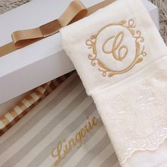 Presente feminino - Toalha personalizada + organizador lingerie✨ #lalov #toalhaspersonalizadas #monograma #gold #lace #personalizados #kitlavabo #lingerie #presentesfemininos #womangift