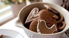 Perníčky patří mezi jedno z nejstarších cukroví. Nejprve se věšely na stromeček a pak dávaly dětem při štěpánské koledě, vydrží totiž dlouho vláčné. Gingerbread Cookies, Food And Drink, Pudding, Fresh, Christmas, Gingerbread Cupcakes, Xmas, Custard Pudding, Puddings