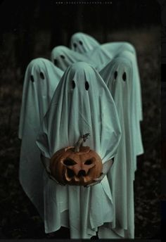 Find images and videos about Halloween, ghost and inspiration on We Heart It - the app to get lost in what you love. Retro Halloween, Halloween Fotos, Couples Halloween, Halloween Inspo, Halloween Horror, Halloween 2020, Holidays Halloween, Halloween Snacks, Halloween Themes
