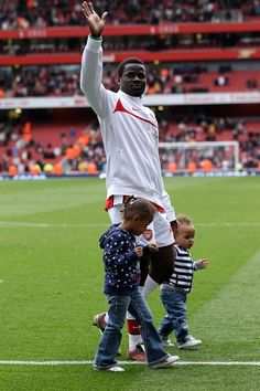 Emmanuel Eboue with his two daughters. We don't know much about the Eboue family, as they like to keep things on the d/l, but we want to give big girl props for her bootlegs and baby girl boy props for the baggies. Arsenal Goal, Football Love, Two Daughters, Soccer Players, Goals, Big, Sports, Football Players, Hs Sports
