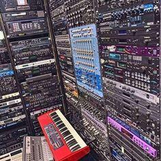Ca prends quand même moins de place en plugins lol #homestudio #audio #musique #music #studio #sound #paris #producer #france #ingenieurduson #concert #hiphop #design #rap #dj #live #beatmaker #photography #hightech #festival #instrumental #love #recording #hardware #art #french #technology #instagood #electro #recordingstudio Home Studio Setup, Visualisation, Emotion, Place, Audio, Deco, Concert, Studios, Style