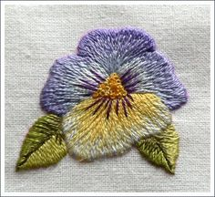 I chose that little pansy offered as a free project by Trish Burr on her website. I just changed some colors, and added some blue shade at the lower petal.