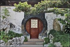 fantastic incorporation of green life Chinese Door, Chinese Garden, Chinese Courtyard, Ancient Chinese Architecture, China Architecture, Earthship Plans, Chinese Interior, Garden Doors, Old Doors