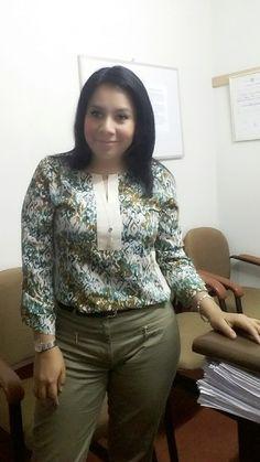 blusa estampada LUAO y pantalon verde ESFERA.