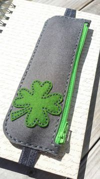 Shamrock Pen und Bleistift und Lesezeichen Fall Shamrock pen and pencil and bookmark case, Felt Crafts, Fabric Crafts, Sewing Crafts, Diy And Crafts, Sewing Projects, Book Markers, Sewing Hacks, Purses And Bags, Sewing Patterns