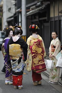 Tsurui sisters, Gion Kobu (via 京都時空旅行(Space-time travel photo in Kyoto) 祇園 初寄り その5)
