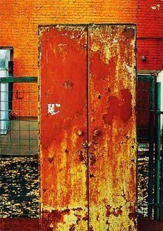 www.flyinginthewakeoflight.com  #art #contemporaryart #abstractart #painting #искусство #современноеискусство #живопись #графика #streetart #музей  Семен Файбисович шкаф из серии Мой двор, 2012 г. Холст, масло, смешанная техника: 205х145 Подпись: СФ 12 Провенанс: галерея Риджина