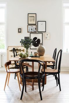 mismatched dining chairs in an eclectic dining room Woven Dining Chairs, Mismatched Dining Chairs, Bentwood Chairs, Eclectic Dining Chairs, Outdoor Dining, Wooden Chairs, Designer Dining Chairs, Mismatched Furniture, Painted Chairs