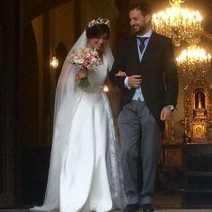 L E C U M B E R R I atelier.  Ver la felicidad en la cara de esta maravillosa pareja nos hace sentir afortunados por haber formado parte de la experiencia.  Gracias por confiar en nosotros en un día tan especial.  Vestido en crep y sobrefalda en organza bordada.  #lecumberriatelier #lecumberrinovias #weddingphotography #weddingday #weddingdress #bridal #love #fashion #wedding #weddingparty #bride #groom #bridesmaids #bodas #instalove