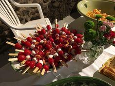 brochettes de tomate cerise, melon, mozzarella et viande de grison.
