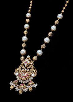 Jewelry Design Earrings, Beaded Jewelry Designs, Gold Jewellery Design, Gold Jewelry, Indian Wedding Jewelry, Indian Jewelry, Trendy Jewelry, Pearl Chain, Pearl Set