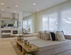 Divisória com espelho entre o estar e a cozinha
