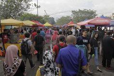 Customers buy food at a Ramadan bazaar in Shah Alam May 8, 2016. — Picture by Yusof Mat Isa