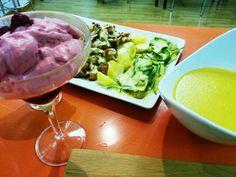 Espuma de fresas, crema de verduras y pollo con salsa suprema