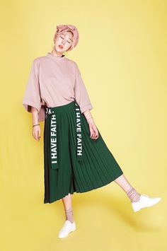 Can't find the source or a credit for this photo online though it may be Korean Fashion Poses, Fashion Week, Fashion Outfits, Womens Fashion, Korea Fashion, Asian Fashion, Colorful Fashion, Poses References, Looks Street Style