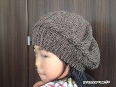 お待たせしました!今シーズン初の冬物の編み図…自分用に編んだなわ編みのベレー帽です。頭回りに1列だけなわ編み風の模様編みを入れてみました。それ以外は、細編み・中長編み・長編みと、基本の編み方だけで編めるので、比較的簡単だと思います。頭回り部