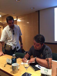 Firmando ejemplares tras la presentación #EsbozoStateBuilding 06.07.2015 (Foto Ana Sierra)