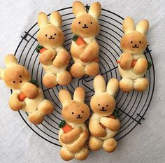 Baking 2 easy recipes for Easter bunnies and ideas for inspiration .- 2 leichte Rezepte für Osterhasen backen und Ideen zum Inspirieren – Wohnideen und Dekoration 2 festive easy recipes for Easter bunny baking cute bread rabbits with carrots - Easter Recipes, Holiday Recipes, Recipes Dinner, Easter Dinner Menu Ideas, Seasonal Recipe, Brunch Recipes, Kids Meals, Easy Meals, Snacks Kids