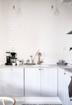 It is easier than you think to take your kitchen from builder grade to gorgeous on a budget! These kitchen makeover secrets will save you money and give you great ideas! Kitchen Time, Home Decor Kitchen, Kitchen Interior, New Kitchen, Home Interior Design, Home Kitchens, Kitchen Dining, Kitchen Renovation Inspiration, House Ideas