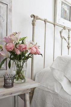 um toque de rosa para colorir o quarto branco