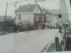 Spoorwegovergang Terheijdenseweg,  met op achtergrond de Grote Kerk
