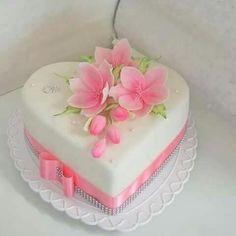 Heart shaped little wedding cake Heart Shaped Wedding Cakes, Heart Shaped Cakes, Heart Shaped Birthday Cake, Pretty Cakes, Beautiful Cakes, Amazing Cakes, Fondant Cakes, Cupcake Cakes, Fondant Tips