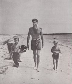 Uncle Jack and his nephews, Bobby Shriver (left) and Joe Kennedy stroll along the beach by the Kennedys Hyannis Port home ~ birthday, Bobby… and omg JFK in trunks… JFK IN TRUNKS! Joe Kennedy Ii, Caroline Kennedy, Carolyn Bessette Kennedy, Robert Kennedy, Jaqueline Kennedy, Greatest Presidents, American Presidents, Dalai Lama, Kennedy Compound