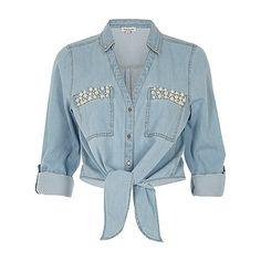 Blauw denim overhemd met strik voor, pareltjes en zak (£38) ❤ liked on Polyvore featuring tops, shirts, button up shirts, denim shirt, blue shirt, blue denim shirt and shirt top