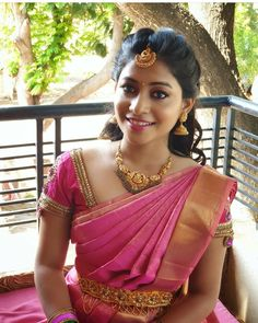 Beauty Pictures: Wedding saree and Bride Bridal Sarees South Indian, Bridal Silk Saree, Indian Bridal Fashion, Saree Wedding, Backless Wedding, Bridal Hairstyle Indian Wedding, Bridal Hairdo, Indian Bridal Hairstyles, Engagement Saree