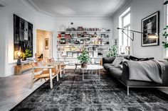 Eclectic living room interior featuring a pair of Spansih Chairs designed by Børge Mogensen in 1958. Photo: Henrik Nero