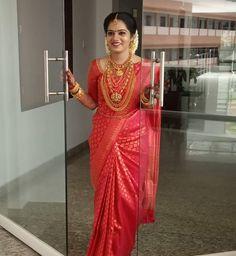 Image may contain: one or more people and people standing Kerala Hindu Bride, Kerala Wedding Saree, Bridal Sarees South Indian, Wedding Silk Saree, Indian Bridal Outfits, Indian Bridal Fashion, Bride Indian, Wedding Saree Blouse Designs, Pattu Saree Blouse Designs
