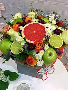 27 Ideas for fruit bouquet centerpiece floral design Food Bouquet, Vegetable Design, Edible Bouquets, Vegetable Basket, Fruit Gifts, Fruits Basket, Chocolate Gifts, Flower Boxes, Flower Centerpieces
