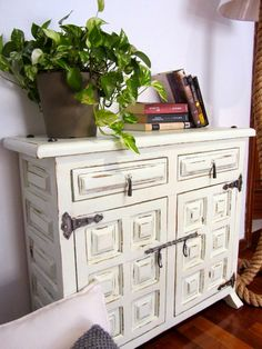 12 veces he visto estas estupendas muebles vintage. Hand Painted Furniture, Diy Furniture, Dyi, Muebles Shabby Chic, Transforming Furniture, Painted Drawers, Buffet Cabinet, Chalk Paint, Sweet Home
