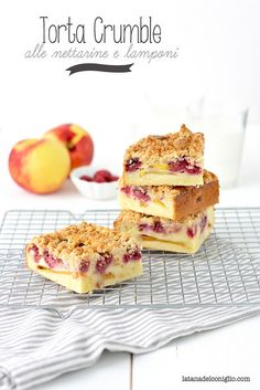 Crumble cake with peaches and raspberries by La tana del coniglio