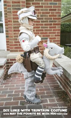 Get ready to geek out over these creative Star Wars costume ideas. From Luke Skywalker and Princess Leia to Yoda and Chewbacca, use the force (and these easy tutorials) to craft DIY Star Wars costumes for Halloween. Costume Star Wars, Star Wars Halloween Costumes, Toddler Halloween Costumes, Theme Halloween, Halloween Diy, Halloween 2017, Happy Halloween, Starwars Costumes For Kids, Classic Halloween Costumes