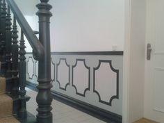 Der Eingangsbereich zum Hof ist hell und freundlich gestaltet unser Maler – Team hat neben den Malerarbeiten die zusehende Paneelleiste und Scheuerleiste mit angebracht. Im Paneel befindet sich ein Kassettenpaneel das mit Schablonen angebracht wurde. Das Treppenhaus befindet sich in Berlin Prenzlauer Berg und ist ursprünglich aus der Gründerzeit.