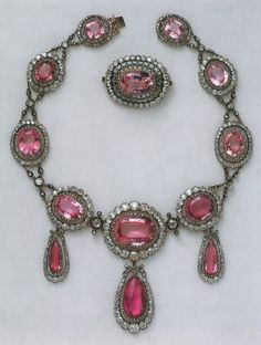 Pink Diamond Jewelry - rare and expensive, how much do they cost? Pink Diamond Jewelry, Ruby Jewelry, Royal Jewelry, Turquoise Jewelry, Jewelry Art, Antique Jewelry, Jewelry Design, Royal Crown Jewels, Peridot And Amethyst
