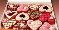 valentine's day donuts - some cute ideas Cute Desserts, Wedding Desserts, Delicious Desserts, Churros, Yummy Treats, Sweet Treats, Candy Birthday Cakes, Valentines Sweets, Donut Shop