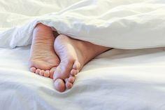 fuss-rausstrecken-schlaf-bettdecke