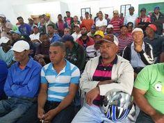 Miembros de la Asociación de Motoconchistas de Constanza (Asomocons), quienes recibieron chalecos reflectivos y carnet para regularizar el sector en el municipio Constanza. Foto: Adolfo Paniagua.