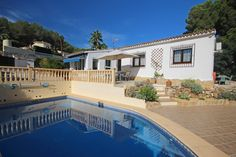 Detached villa for sale in Benissa Costa, Buenavista. Situated in a tranquil, elevated position on a level plot, this charming villa is beautifully presented and just a few minutes' drive from the beaches and coves of the Benissa coast.