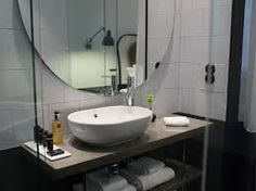 miss clara by nobis - kalksten, stor rund spegel, draperier sydda med mörkare nedtill som panelen