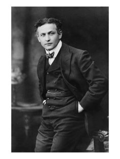 Harry Houdini was born Erik Weisz, later Ehrich Weiss, a. Harry Weiss was a Hungarian-born American magician and escapologist, stunt performer, actor and film producer noted for his sensational escape acts. Clint Eastwood, John Watson, Harry Houdini, The Magicians, Boris Vian, Photos Rares, Cinema, People Of Interest, Vintage Men