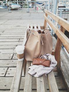 Heerlijk bakkie, zonnebril voor de zon en mooie tas.... #genieten op een bankje... dat geeft toch #energie!