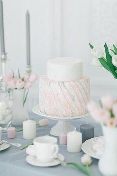 Белый свадебный торт с розово-голубым орнаментом