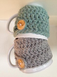Crochet Gift Idea Sewing Barefoot: Crochet Mug Cozies.I don't crochet, but these are cute! Crochet Coffee Cozy, Crochet Cozy, Crochet Gifts, Cute Crochet, Easy Crochet, Coffee Cup Cozy, Loom Knitting, Knitting Patterns, Crochet Patterns