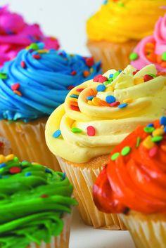 Colorful cupcakes. PS: posso fazer massa da cor da cobertura também.